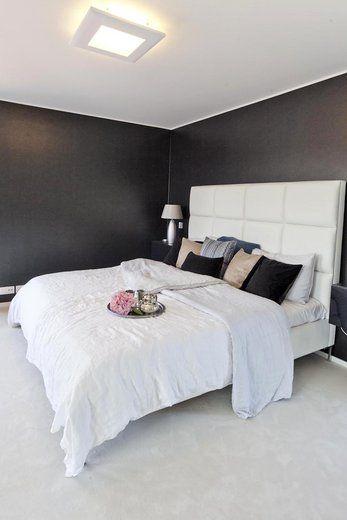 Musta-valkoisessa makuuhuoneessa on ripaus luxusta, lisää ideoita www.lammi-kivitalot.fi