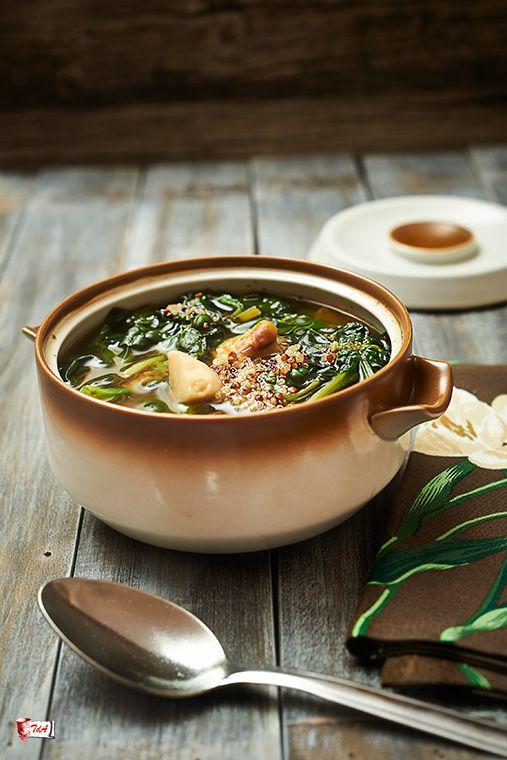 quinoa con spinaci e funghi  una calda e appagante minestra di quinoa e spinaci resa più' caratteristica dai funghi. #ricetteveloci #vegan #quinoa #zuppadiquinoa #latavernadegliarna