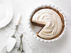 Tarte au chocolat avec crème fouettée et croûte de biscuits Graham aux pacanes