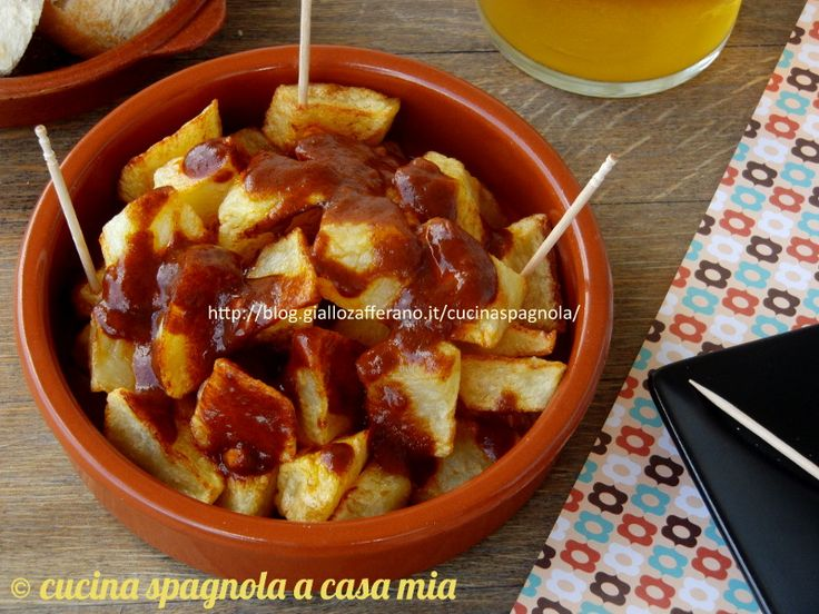 Le patatas bravas -patatas a la brava o papas bravas- una delle tapas più famose nel mondo. Come si fanno? La ricetta qui, su Cucina Spagnola A Casa Mia.