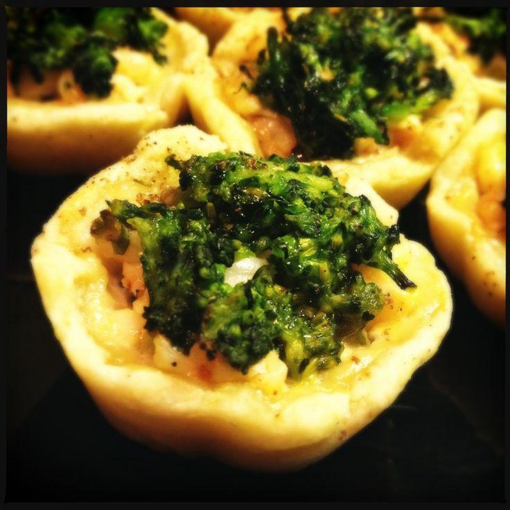 crostatine di brisé con gamberi marinati, fiori di broccolo e pepe di Sichuan