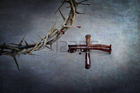 Corona de espinas y cruz de naiils con sangre charcos en los extremos. photo