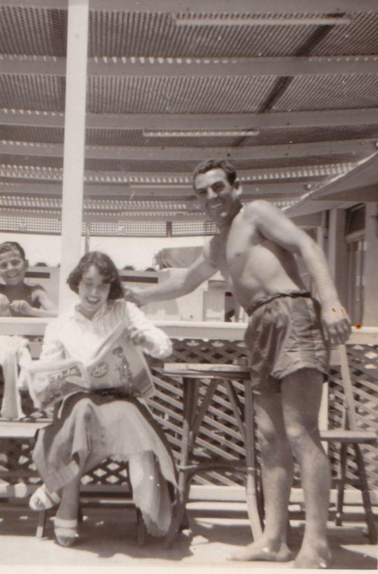 Maria mentre legge una rivista allo stabilimento Kursaal di Ostia Lido (anni '50)