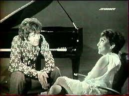 Vidéo - Joe Dassin - Discorama 1971  En 1971, sur le plateau de Discorama, Joe Dassin interprète La fleur aux dents - Mais la mer est toujours bleue - Fais la bise à ta maman.  + interview Joe Dassin (avec sa guitare ;-) sur ses chansons, sa musique...