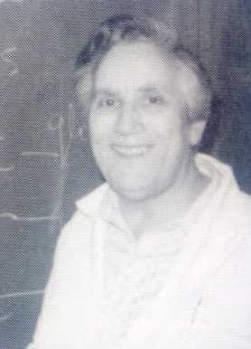Gertrudis de la Fuente (1921) fue doctora en Farmacia y profesora de investigacion del CSID. Se especializó en bioquímica y colaboró con Alberto Sols, con quien investigó y formó parte de la organización de la Sociedad Española de Bioquímica. Su aportación más destacada fue en la enzimología: desde una básica centrada en los mecanismos y su regulación metabólica hasta las formas aplicadas al diagnóstico y comprensión de las bases moleculares de patologías.