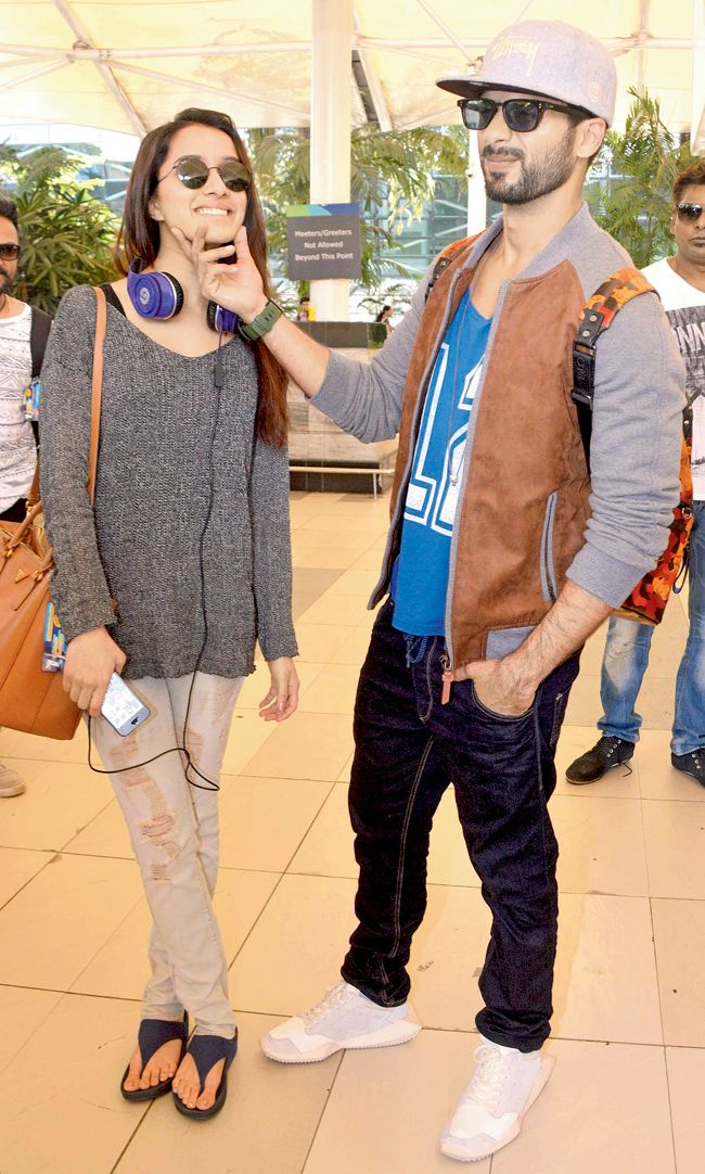 Shahid Kapoor seen encouraging his 'Haider' co-star, Shraddha Kapoor to smile for the cameras upon their arrival in Mumbai from Bangalore.