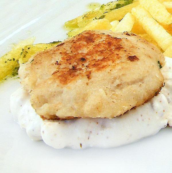 Para 8 hamburguesas: 400 gr. de pescado congelado a tu elección limpio de piel y espinas– 2 huevos y otro para el empanado – 1 diente de ajo – 5