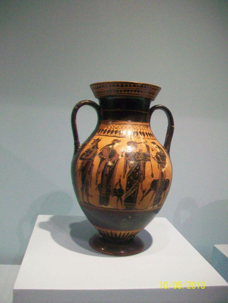 Anfora de panza de guras negras. Representa la tríada delia (Apolo, Artemisa y su madre Leto).