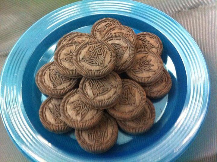 Por supuesto, las galletas no pueden faltar en la mesa de dulces. Estas galletas fueron perfectas para el evento, con los íconos de Autbots y Decepticons.