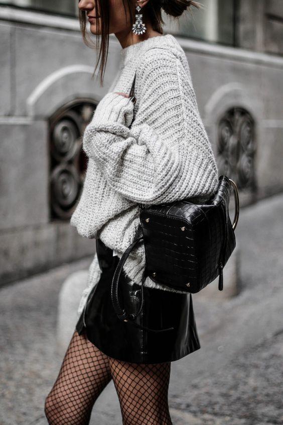 Medias de red, sueter oversize de lana gris y una backpack al hombro. Outfit de Navidad e invierno ideal. Winter outfit 2017.