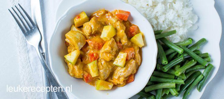 Kip en groente in een zelfgemaakte Indiase currysaus met stukjes frisse appel