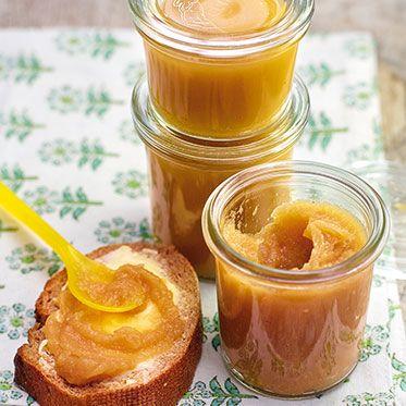 Birnenmus mit Vanille und Zimt  2 Bio-Zitronen, 3 kg reife, weiche Birnen, 1 Vanillestange, 2 Zimtstangen, 100 g brauner Zucker, 75 ml Birnengeist (oder Rum)