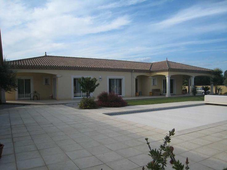 Belle villa plain-pied de 180m² habitables sur terrain de 2280m² avec piscine 10x5 équipée d'un volet roulant. Elle se compose d'un grand salon séjour de 43 m², d'une cuisine aménagée et équipée de 23m², de 3 chambres, d'une salle de bain de 10m², de 2 WC, d'une cuisiné d'été de 30m², d'une lingerie, de vestiaires et d'un dressing. Garage de 51m², porshe de 5m², loggia.