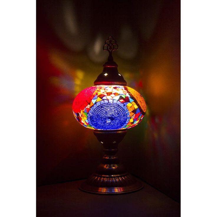 Ręcznie wykonana lampa, ze kloszem ozdobionym niepowtarzalną szklaną mozaiką to wspaniały element dekoracyjny każdego pomieszczenia. Szklany klosz ozdobiony kolorową mozaiką, jest źródłem pięknego, miękkiego światła.