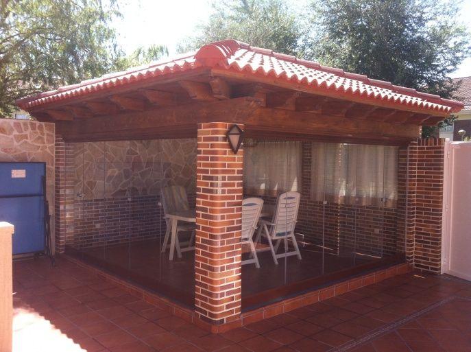 de ladrillo visto y tejado de madera y tejas con