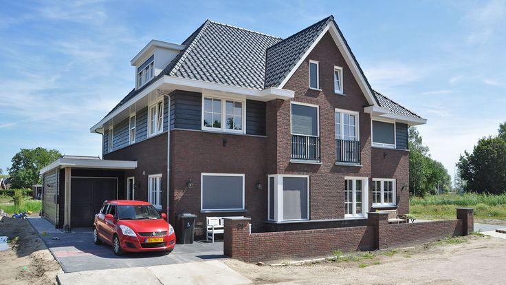 2 onder 1 kap Barendrecht in jaren 30 stijl. Ontworpen door Bongers Architecten. De 2 woningen hebben allebei een andere indeling.