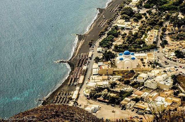 A panoramic view of #PerissaBeach at #Santorini. #AstarteSuites   photo by: @phukanangshuman