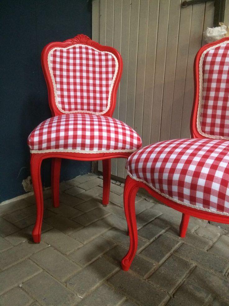 Unieke eetkamerstoelen in rood en wit, brocante stoelen opnieuw gestoffeerd en gerestaureerd.
