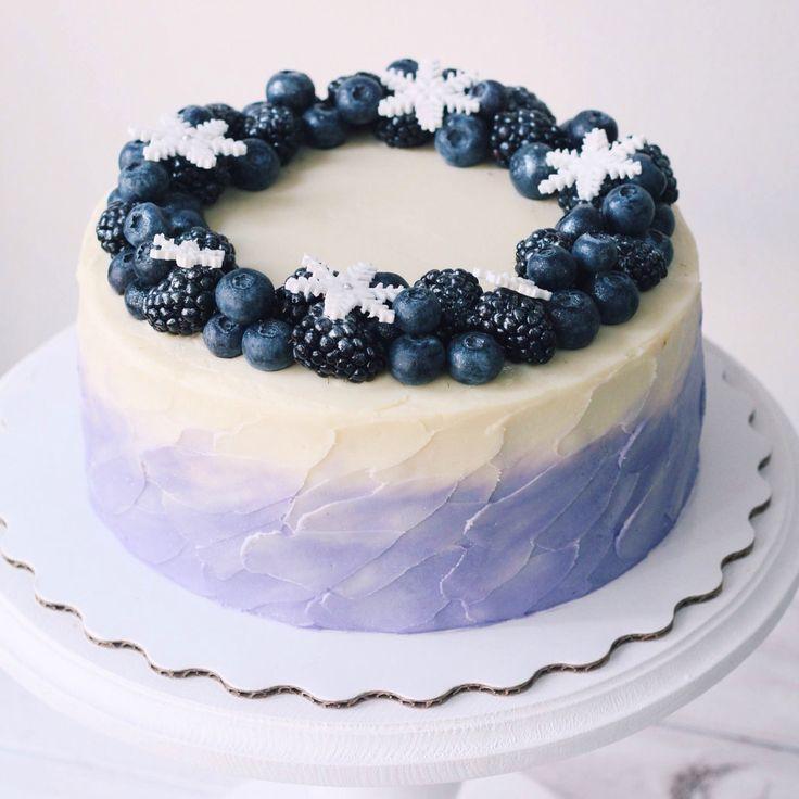 Насыщенный шоколадно-кофейный торт с домашней карамелью и орешками. Оформлен венком из свежих ягод и сиреневым омбре. Автор instagram.com/foodbook.cake