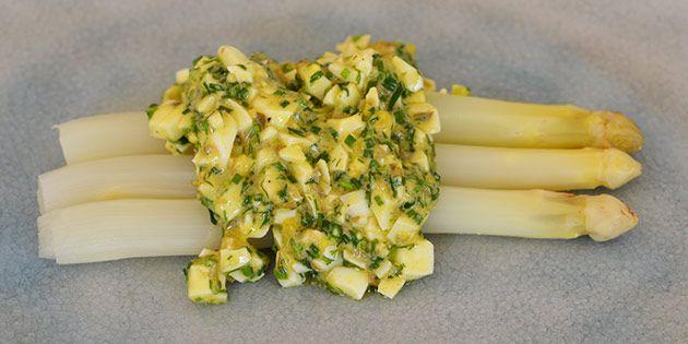 Sammensætningen af de hvide asparges, de hakkede æg og den dejlige dressing med krydderurter smager helt fænomenalt.