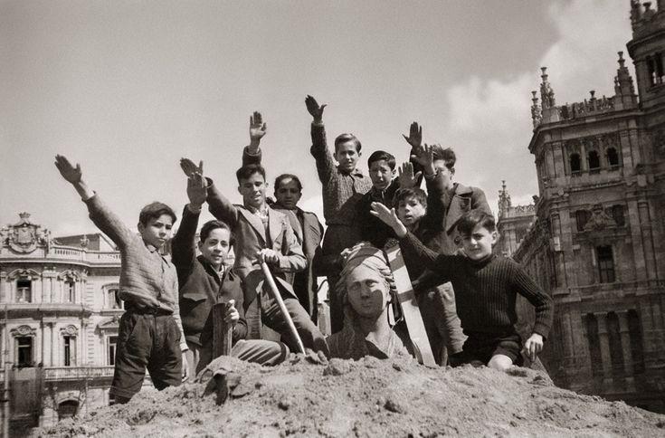 Cibeles tras la Guerra Civil: Niños saludando con el brazo en alto durante las obras de desescombro de la Cibeles en 1939, que estuvo protegida durante la Guerra Civil, nada más terminar la contienda.
