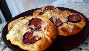 Protein cheese buns with fig