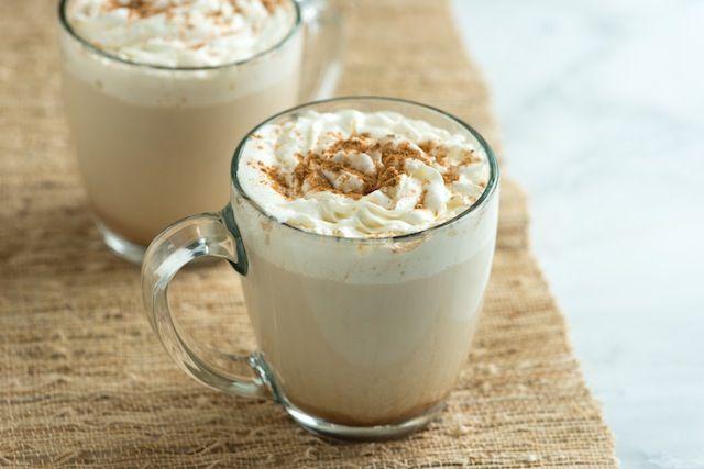 Ik vind het heerlijk om met het grauwe weer binnen een lekker warm drankje te drinken, zoals thee, zelfgemaakte chocolademelk of pumpkin spice latte. Voor deze pumpkin spice latte heb je wel iets meer tijd nodig, maar het is het dan ook echt waard! Recept voor 2 personen Benodigdheden: 500 ml melk 2 eetlepels pompoen …