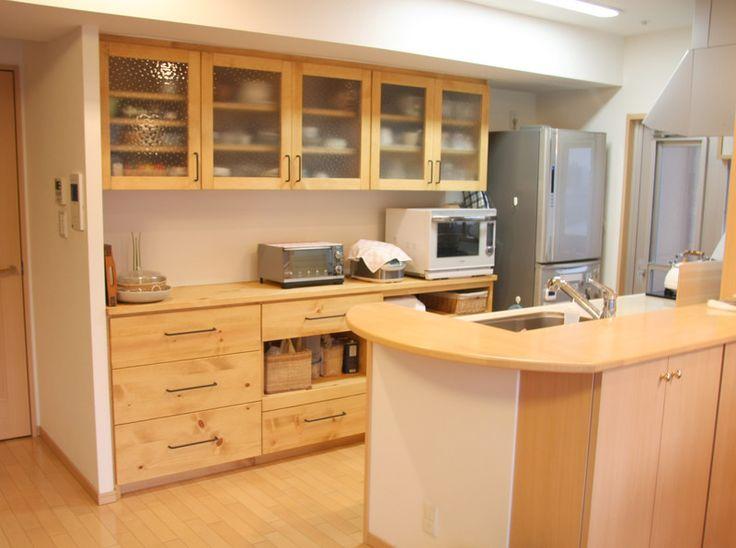 対面キッチンの普及で、ダイニングやリビングなどから一番よく見える位置にある食器棚。冷蔵庫から壁までのぴったりのサイズで作りつけるとデザインも機能性もそして収納力もばっちりです! 広島の方なら、現在使われているbeforeの状態で家具の職人(設計・製作担当)と女性スタッフ(インテリアコーディネーター・整理収納アドバイザー)がペアで現地出張し、ニーズの聞き取り、採寸、今、使用されている調理道具・食器の収納プラン提案なども無料でさせていただきます。気軽にご相談ください。 遠方の方はメール・お電話・図面等での打ち合わせを重ねてプラン&制作いたします。 HP http://www.miyakagu.co.jp/