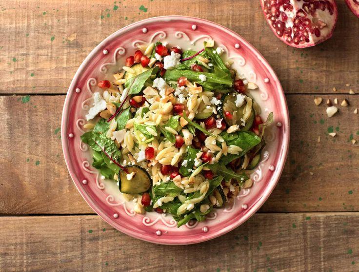 Zomerse orzosalade met gegrilde courgette, feta en granaatappelpitjes Recept | HelloFresh