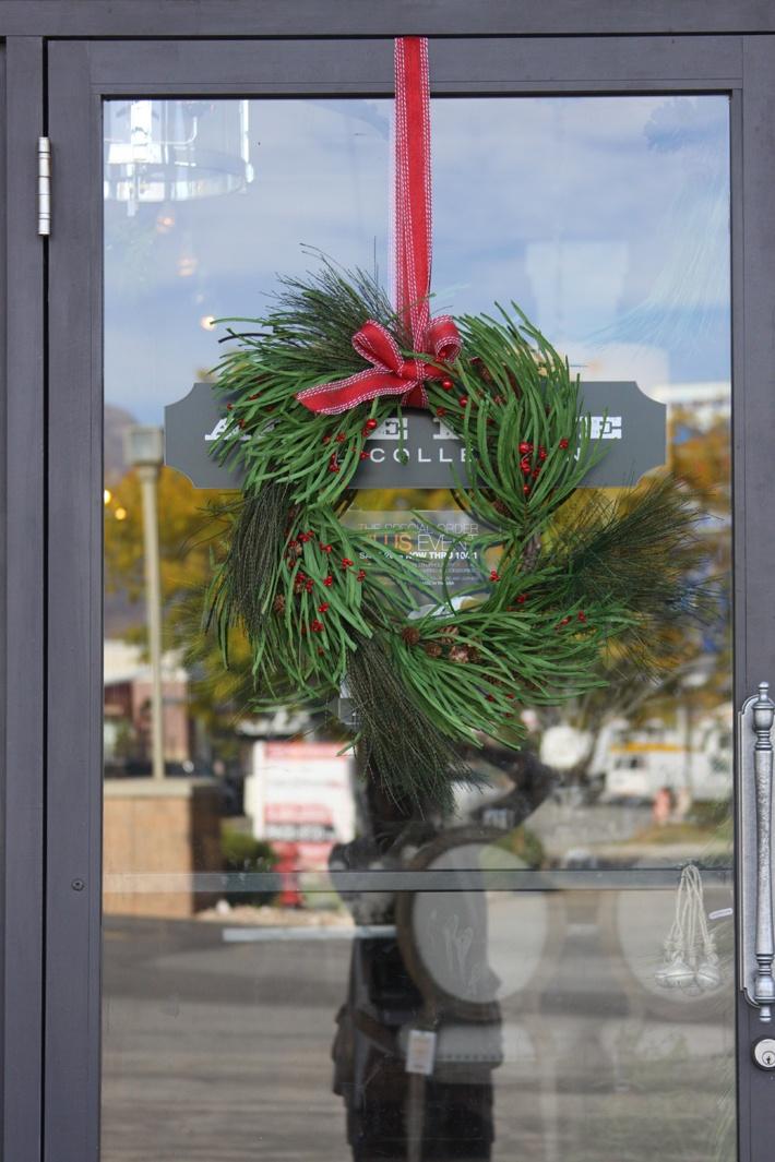 love the wreath: Christmas Wreaths, Holiday Wreaths, Pretty Wreath, Holiday Cheer, Green, Holiday Fun, Holiday Decor, Holidays Keep