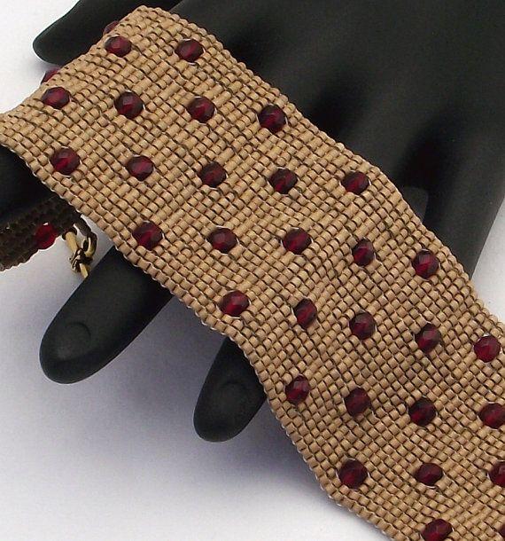 Ce bracelet comporte grenats tchèques poli au feu perles rouges sur un fond de perles delica or mat miel. Les perles tchèques poli au feu utilisées dans ce bracelet ne sont plus disponibles, donc cest un bracelet unique, one-of-a-kind. Le bracelet est fini avec un fermoir en étain plaqué or antique.  Ces bracelets se faire remarquer. Chaque perle dans cette pièce est cousue dans lunité pour un produit fini qui se comporte comme un morceau de tissu et est tout aussi confortable à porter.  •…