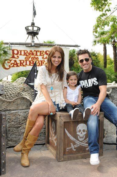 David Bustamante y Paula Echevarría, como niños con su hija Daniella en Disneyland París