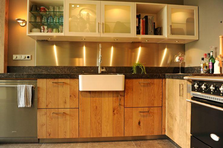 Door de veel verschillende natuurlijke kleuren en materialen is het een zeer sfeervolle, warme en huiselijke keuken.