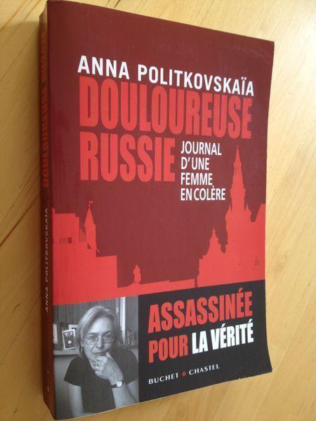 """#jouralisme : Douloureuse Russie - Journal d'une femme en colère d'Anna Politkovskaia.  En arrivant au Kremlin en 2000, Vladimir Poutine avait promis d'instaurer en Russie la """" dictature de la loi """". L'ancien agent du KGB s'engageait à mettre fin à la corruption qui rongeait le pays, à ramener à la raison l'irrédentisme tchétchène, à offrir à chaque citoyen un niveau de vie décent... Mais s'il y a bel et bien une dictature en Russie, c'est celle exercée par un pouvoir impitoyable qui ne se…"""