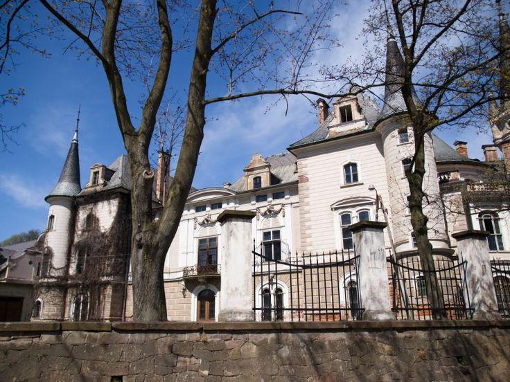 Pierwszy pałac w Bożkowie powstał już w XVI wieku, ale jego obecny kształt jest efektem odbudowy obiektu po wielkim pożarze w 1871 roku. Budowlę w barokowo-klasycystycznym stylu z charakterystyczną wieżą zawdzięczamy rodowi von Magnis. W rezydencji goszczono koronowane głowy czy prezydentów.