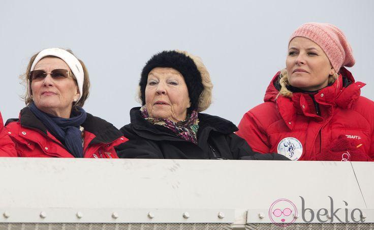 La Reina Sonia de Noruega, la Princesa Beatriz de Holanda y la Princesa Mette-Marit de Noruega en el salto de esquí de Holmenkollen 2014. (Gtres) 10 Marzo 2014