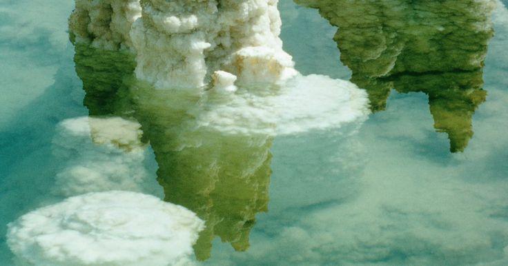 Cómo hacer una lámpara de piedra de sal. Una lámpara de piedra de sal es un agregado distintivo y generador de conversación en un estudio, una oficina o un dormitorio. Las piedras de sal se sacan de camas de sal de todo el mundo aunque el tono rosado de la piedra de sal del Himalaya es muy popular. Las lámparas de piedra de sal no sólo son hermosas, sino que también son ionizadores del ...