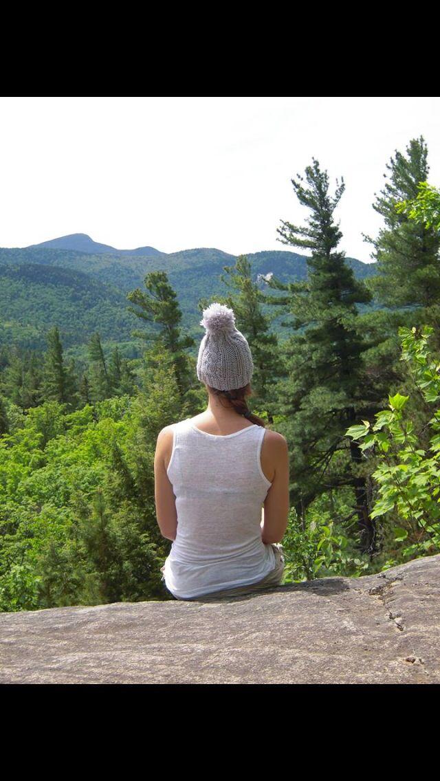 Petit bonnet HOTEÏ est parti en randonnée dans la chaîne de montagnes des Adirondack! #HOTEÏ #bonnetvoyageur i#NewYork #montagne #Adirondack