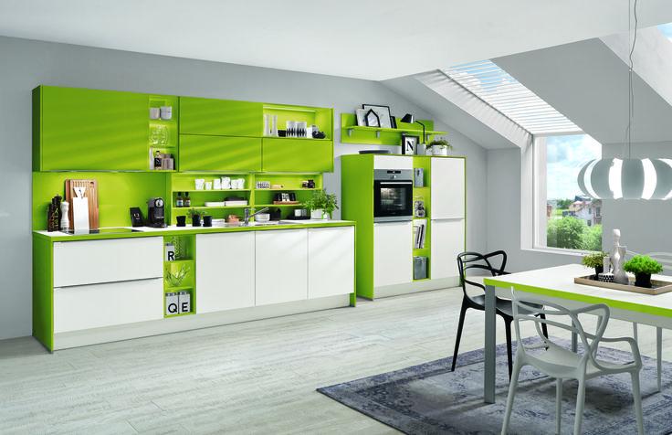 Kuchyně se zářivě zelenými dvířky a pracovní deskou
