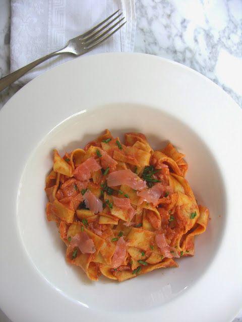 Pasta met gerookte zalm en romige wodka-tomatensaus