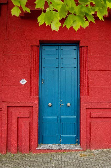 Azul sobre rojo (con algo de verde) / Blue on red with some green. by  Ignacio Lizarraga      ..z