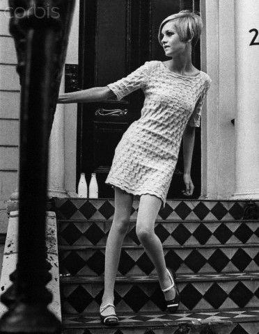 Nos anos 50 Dior cria uma silhueta feminina com muito destaque à silhueta do corpo da mulher, nos anos 60 não substitui essa ideia mas coexiste com as mulher de cabelo curto, roupas largas (nas mulheres jovens, progressistas) muito magras (andróginas), usando roupas mais infantis do que masculinas (Twiggy).