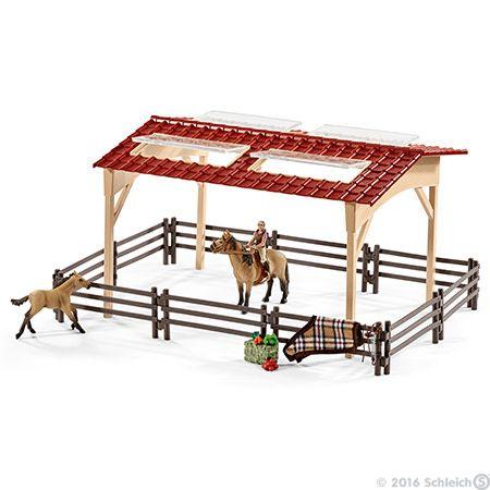 Pferdestall mit Pferden und Zubehör