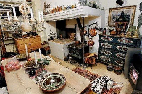 This is one Of the kitchens we had all the really old things kind of organized. This was a very funny house to grow up in. I LOVE IT 4EVER ❤️