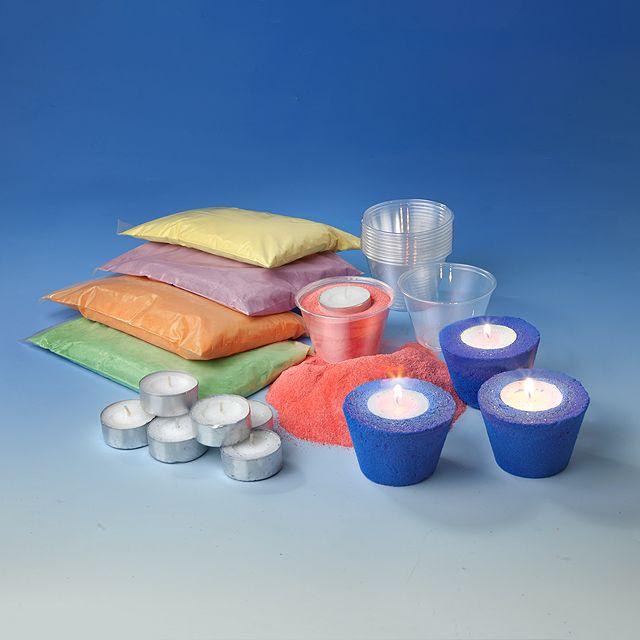 Verschiedene Sandfarben mit Wasser anmischen, Formen nach Belieben auffüllen und Muster ziehen, trocknen lassen und fertig ist dein ganz persönlicher Candlelight Kerzenständer. Lieferumfang: 6 Packungen Farbsand à 500 Gramm, 12 Formen und 12 Rechaud Kerzen. Ab 5 Jahren.