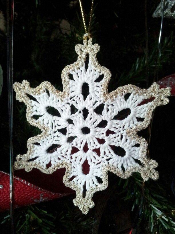 Cristallo di neve fatto a mano ad uncinetto; filato n.5 in cotone e bordo dorato.