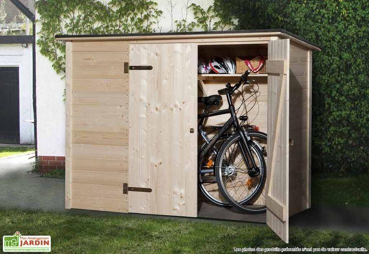 Votre coffre de rangement en bois de chez Weka vous permet de stocker vos vélos à l'abri. Grâce à ses dimensions de 2,05 x 0,84 x1,45 m (l,l,h), vous pourrez ranger deux vélos pour adulte et un vélo pour enfant ou des outils de jardinage. Il est ... (suite)