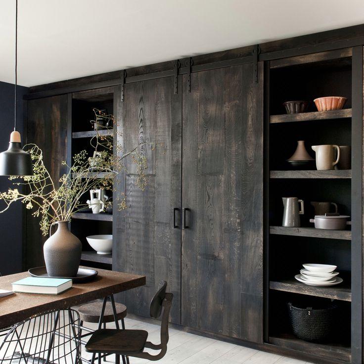 Mooi voor in de woonkamer: schuifdeuren open en de TV is zichtbaar, schuifdeuren dicht en de mooie planken zijn zichtbaar