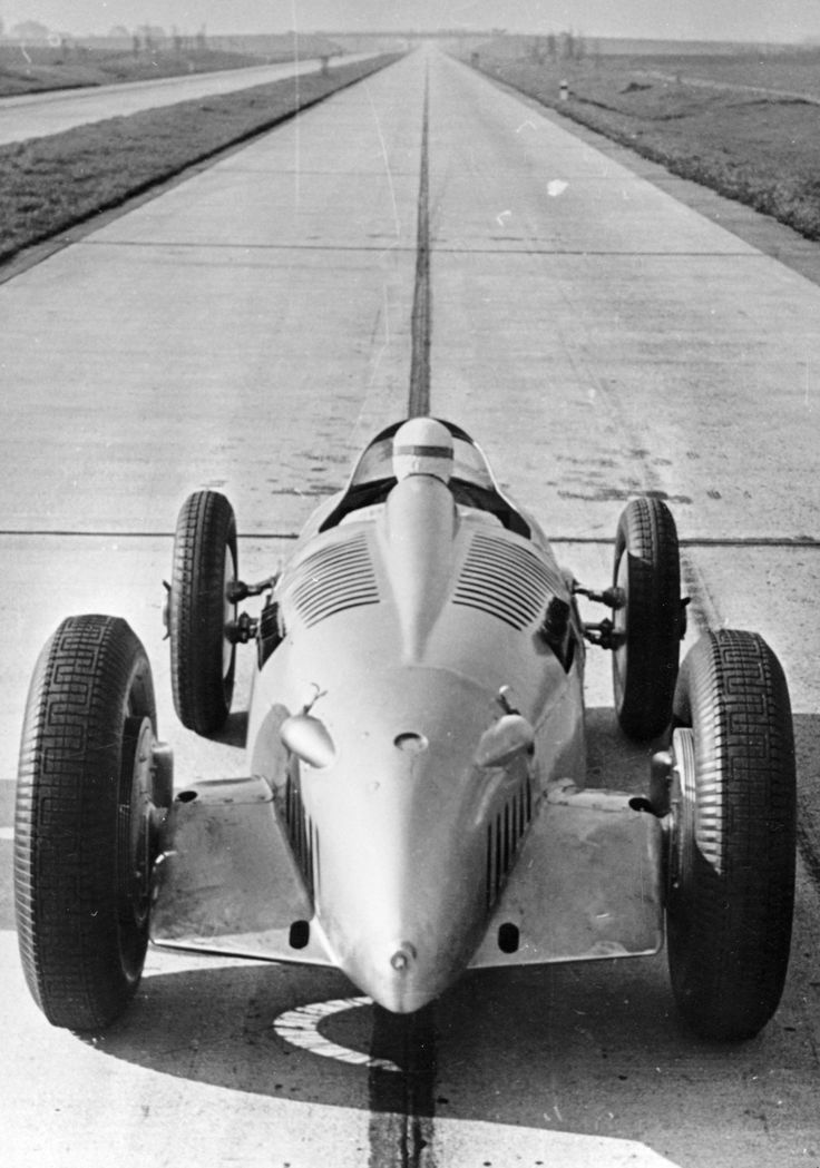 Auto-Union: world speed records | 1 km Standing Start: 188.679 km / h (117.240 mph) World Record   1 Mile Standing Start: 216.423 km / h (134.479 mph) World Record    October 27, 1937 , Frankfurt-Darmstadt (D)   Class B. Auto-Union typ C Streamliner Pilot: Rosemeyer