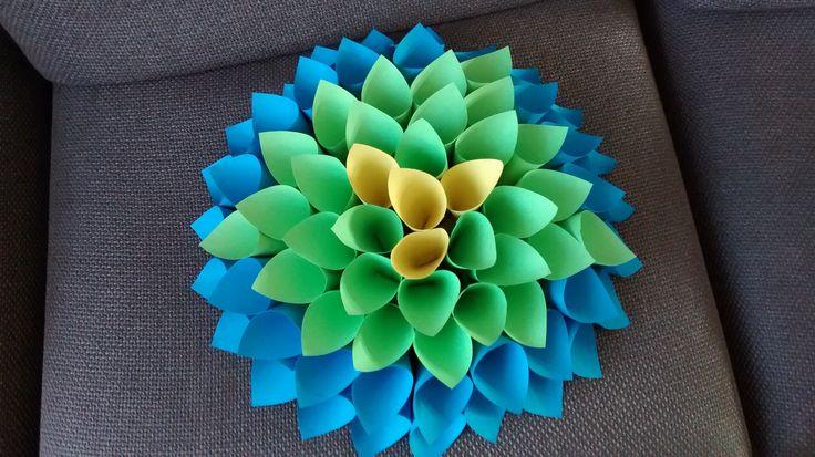 papieren Dahlia met verschillende kleuren van rechthoekig vouwpapier